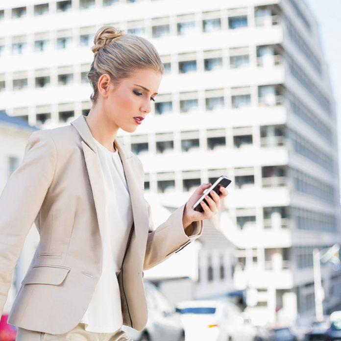 Patente de Apple permite escribir en el celular mientras caminas