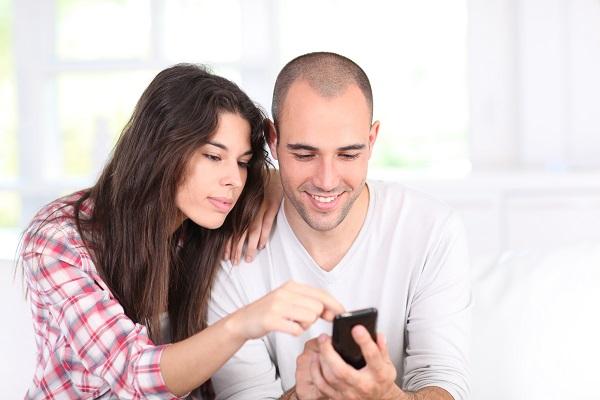 couple-smartphone-pareja