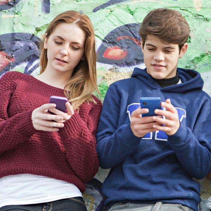 TEEN-GIRL-SMARTPHONE