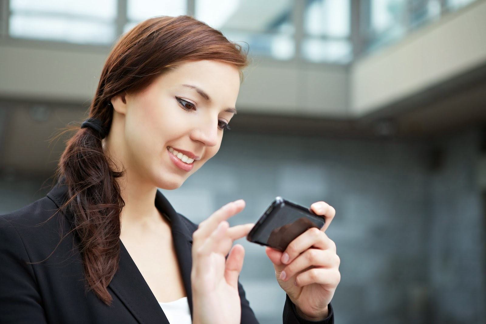 office-woman-on-smartphone