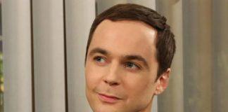 Sheldon Cooper con playera de superhéroes