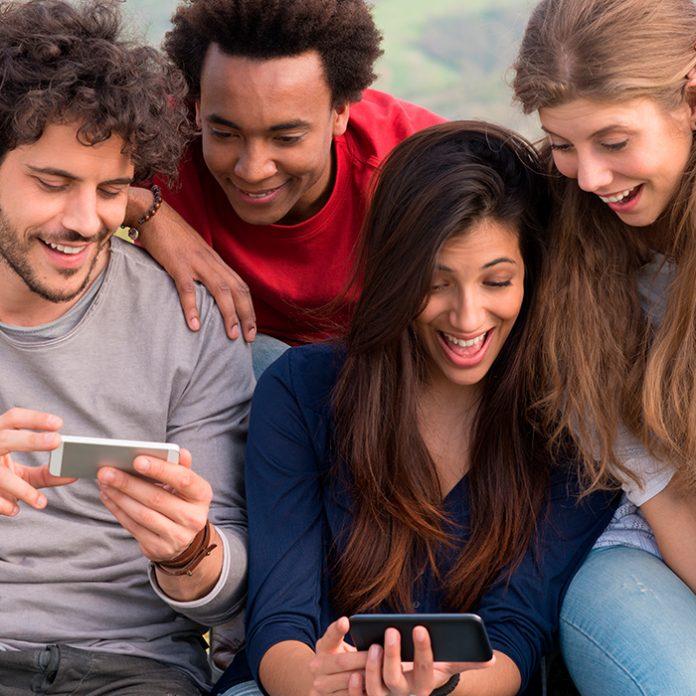 grupo de amigos con su celular