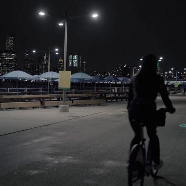 La iluminación que proyecta hace más seguro tu viaje. (Foto: Citi Bike)