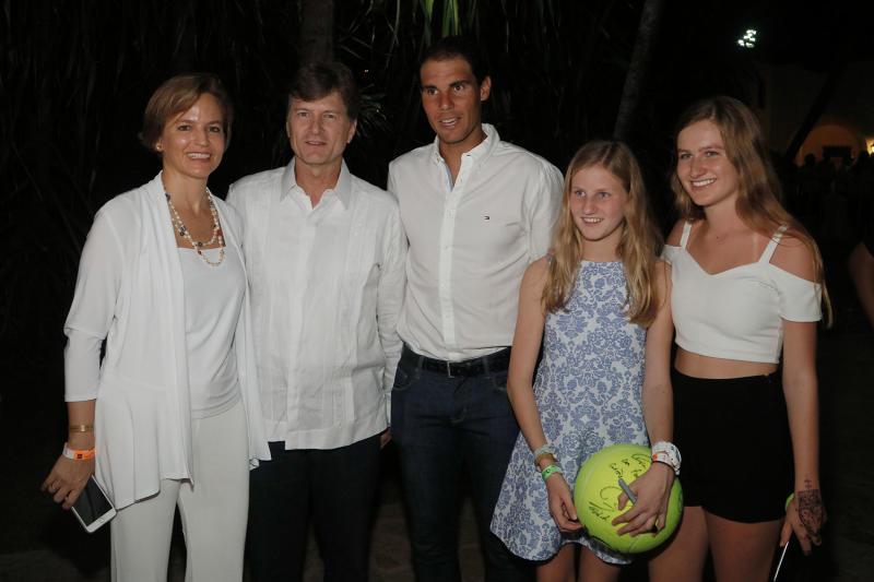 Isabel, Enrique, Isabel y María de la Madrid con Rafael Nadal