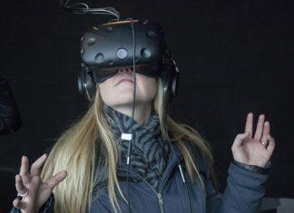 mujer con lentes VR