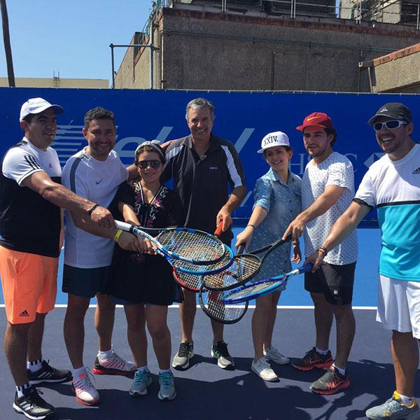 Los ganadores aprendieron un poco de tenis con el grande Javier Frana dentro de las canchas del hotel. (Foto: Telcel)