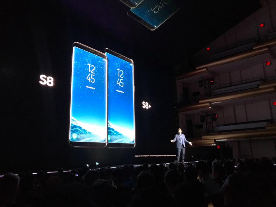 """El nuevo equipo viene en dos tamaños: Galaxy S8 en 5.8"""" y Galaxy S8 + de 6.2"""" ambos con InfinityDisplay. (Foto: Telcel)"""