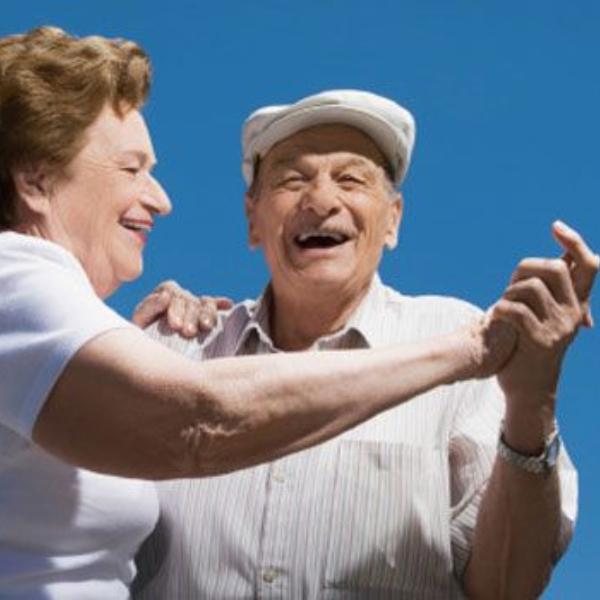 adultos mayores bailando en el festival del adulto mayor