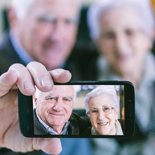 adultos mayores usando tecnologia en el festival del adulto mayor
