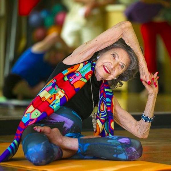 adultos mayores practicando yoga en el festival del adulto mayor