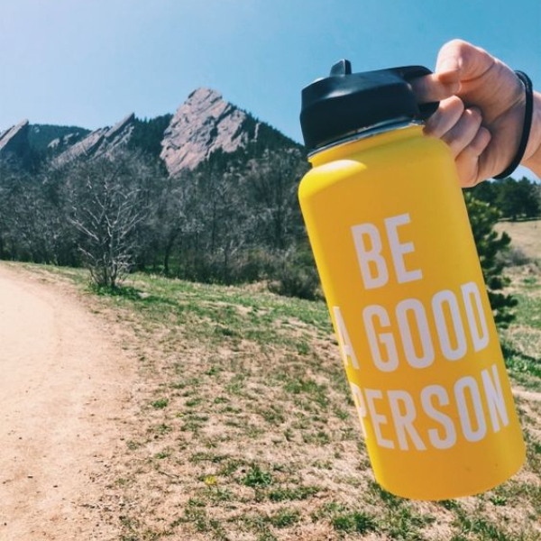 botella reutilizable para agua en vacaciones