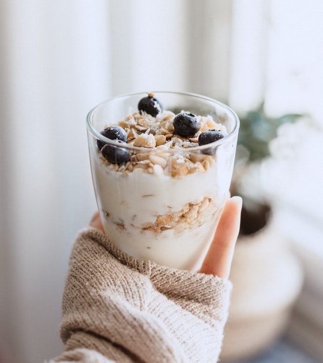 Procura consumir yogur con contenido probiótico. *Foto: Unplash