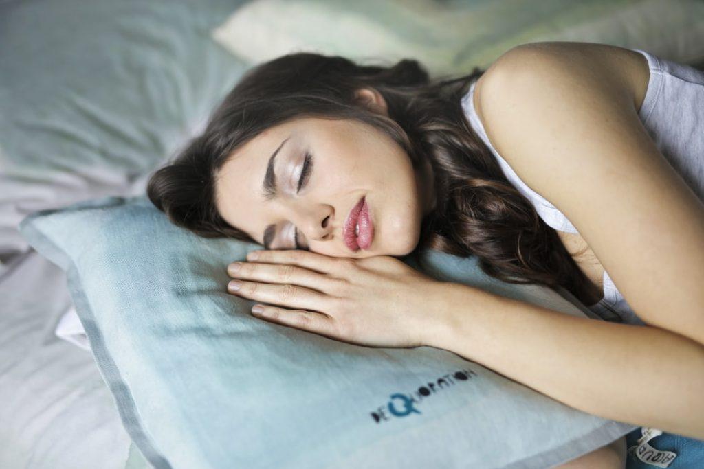 Estudio dice que los optimistas duermen más y mejor. *Foto: Unsplash