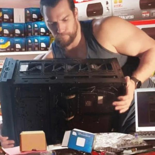 video de Henry Cavill armando su propia PC gamer