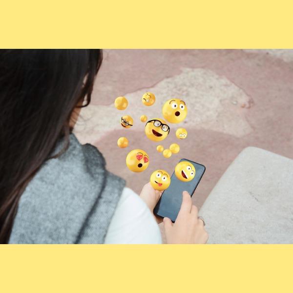 significado del emoji de la cara sonriente tapándose la boca
