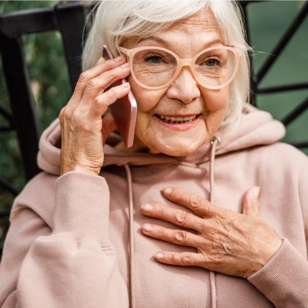razones por las que un celular es el regalo ideal para tus abuelitos