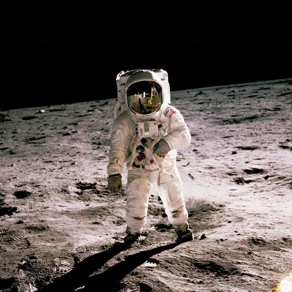 astronauta pisando la luna por primera vez