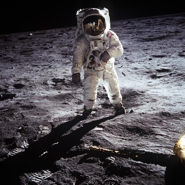 Astronauta caminando sobre la Luna