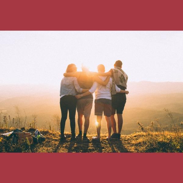 Amigos abrazados viendo al horizonte