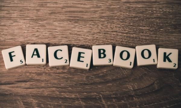 Fichas de Scrabble formando la palabra Facebook