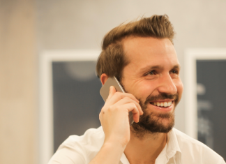 Hombre con teléfono en mano hablando