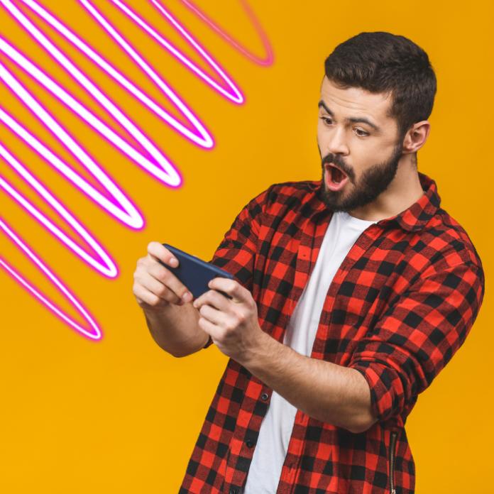 Hombre jugando videojuegos smartphone Facebook Gaming