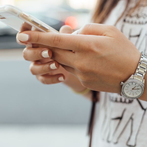 Smartphone manos mujer reloj