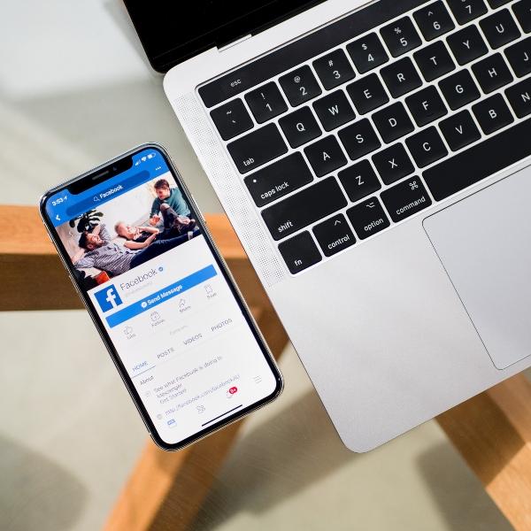 Computadora y teléfono conectados a Facebook