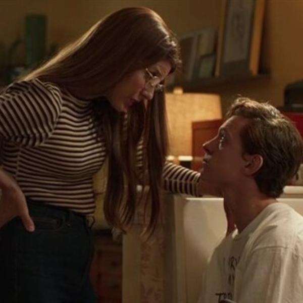 Tía May y Peter Parker en su departamento
