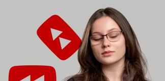 Mujer con teléfono logo YouTube Rewind 2020
