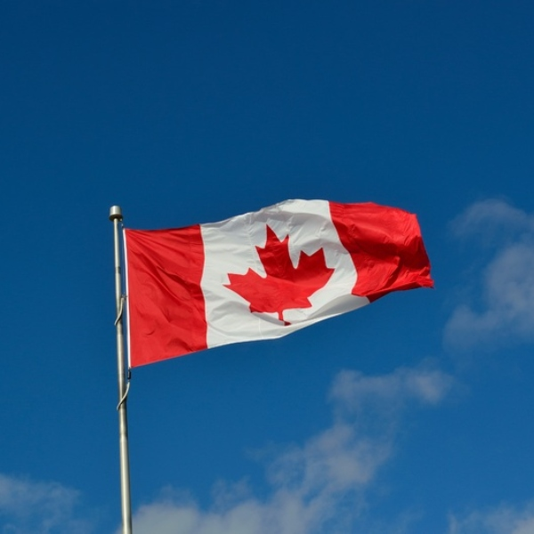 bandera canadiense embajada