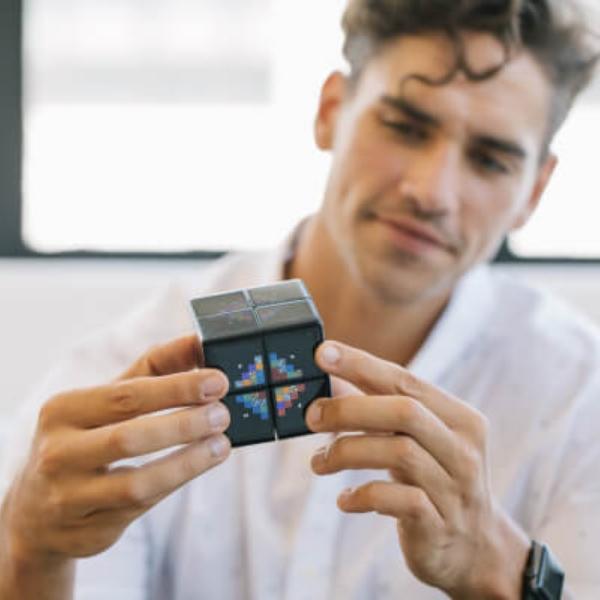 Hombre jugando con el nuevo WowCube videojuegos F