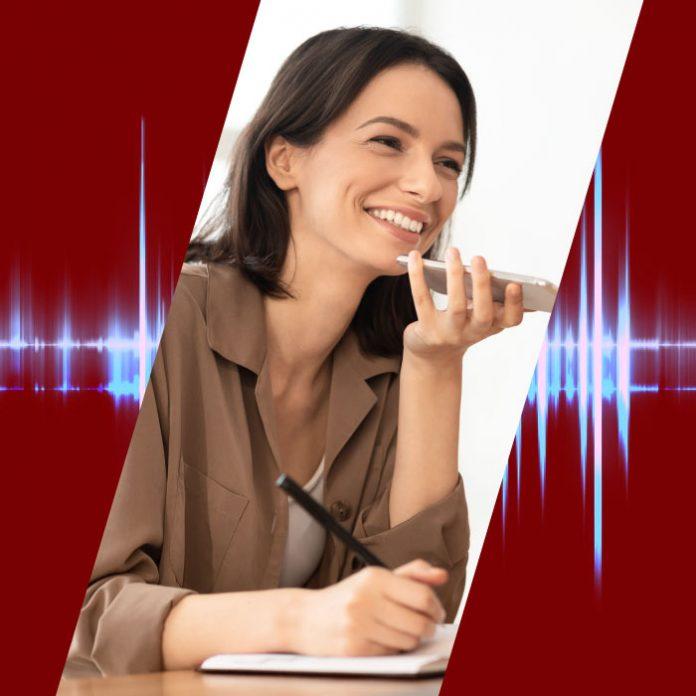 Mujer audios whatsapp libreta apuntes
