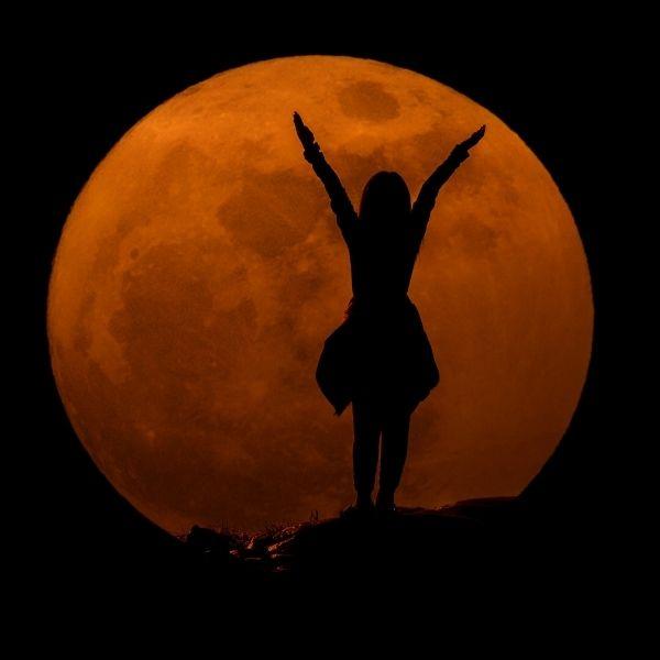 Luna grande mujer fondo