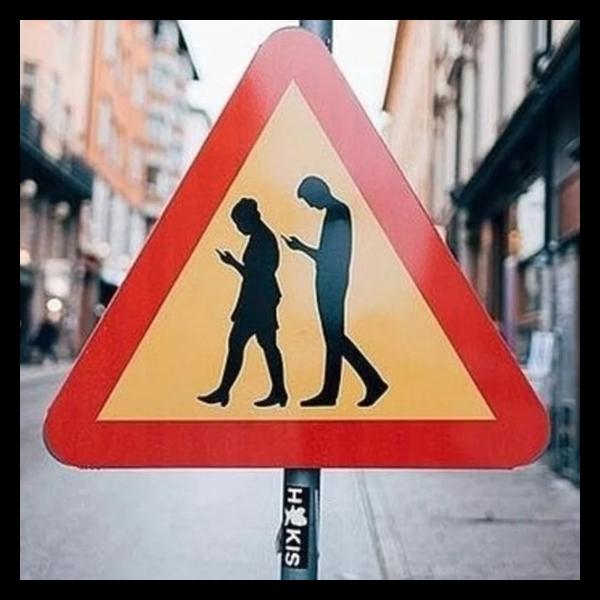 personas mirando el celular mientras caminan