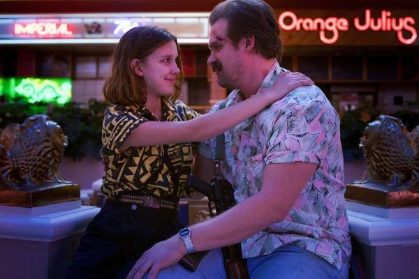 Stranger Things Eleven y Hopper abrazo