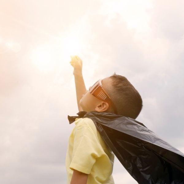 Niño disfraz superhéroe improvisado capa