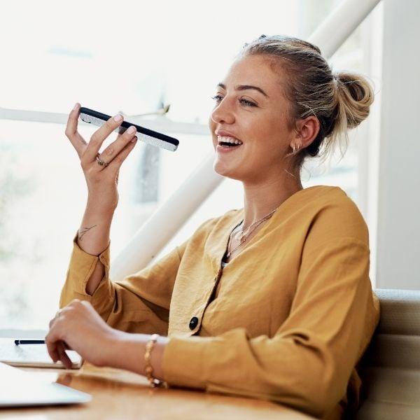 Mujer mandando una nota de voz