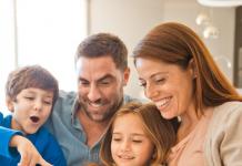 Familia reunida viendo películas y series Claro video