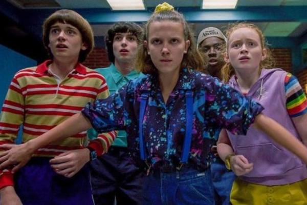 Eleven defendiendo a su amigos de los demogorgon