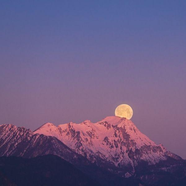 Superluna rosa detrás de las montañas paisaje
