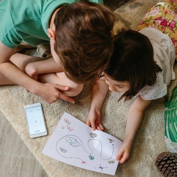 Mapa del tesoro niños jugando