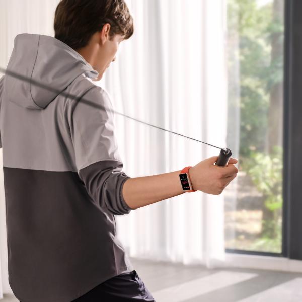 Hombre saltando la cuerda Huawei Band 6 ejercicio