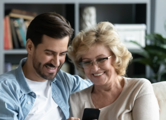 5 teléfonos buenos y bonitos para regalar a mamá