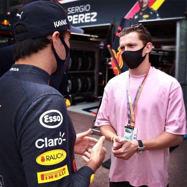Tom Holland y Checo Pérez platicando Gran Premio de Mónaco Fórmula 1
