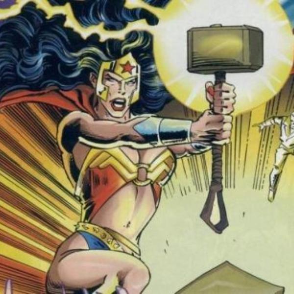 Mujer maravilla levanta martillo de Thor. Avengers vs La Liga de la Justicia