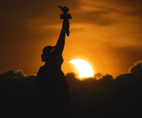 Eclipse solar anular cuando el sol salió detrás de la Estatua de la Libertad en la ciudad de Nueva York (Gary Hershorn)- Blog Hola Telcel