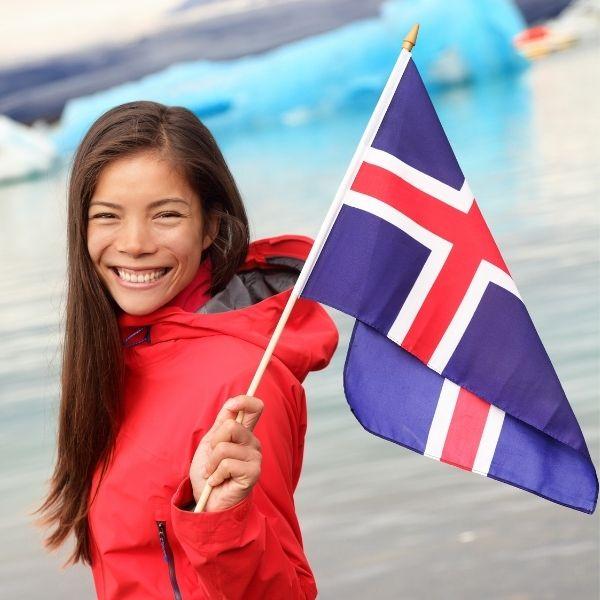 Mujer de Islandia feliz por la nueva jornada laboral de cuatro días a la semana.- Blog Hola Telcel
