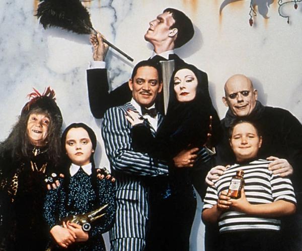 Los Locos Addams llegarán a Netflix, con una serie de nombre Wednesday, con la participación de Catherine Zeta-Jones y Luis Guzmán.- Blog Hola Telcel