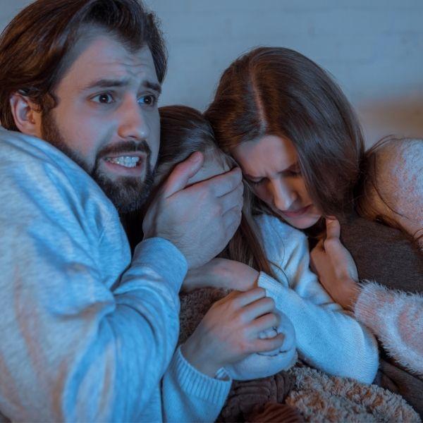 Familia asustada disfrutando las mejores películas de terror.- Blog Hola Telcel